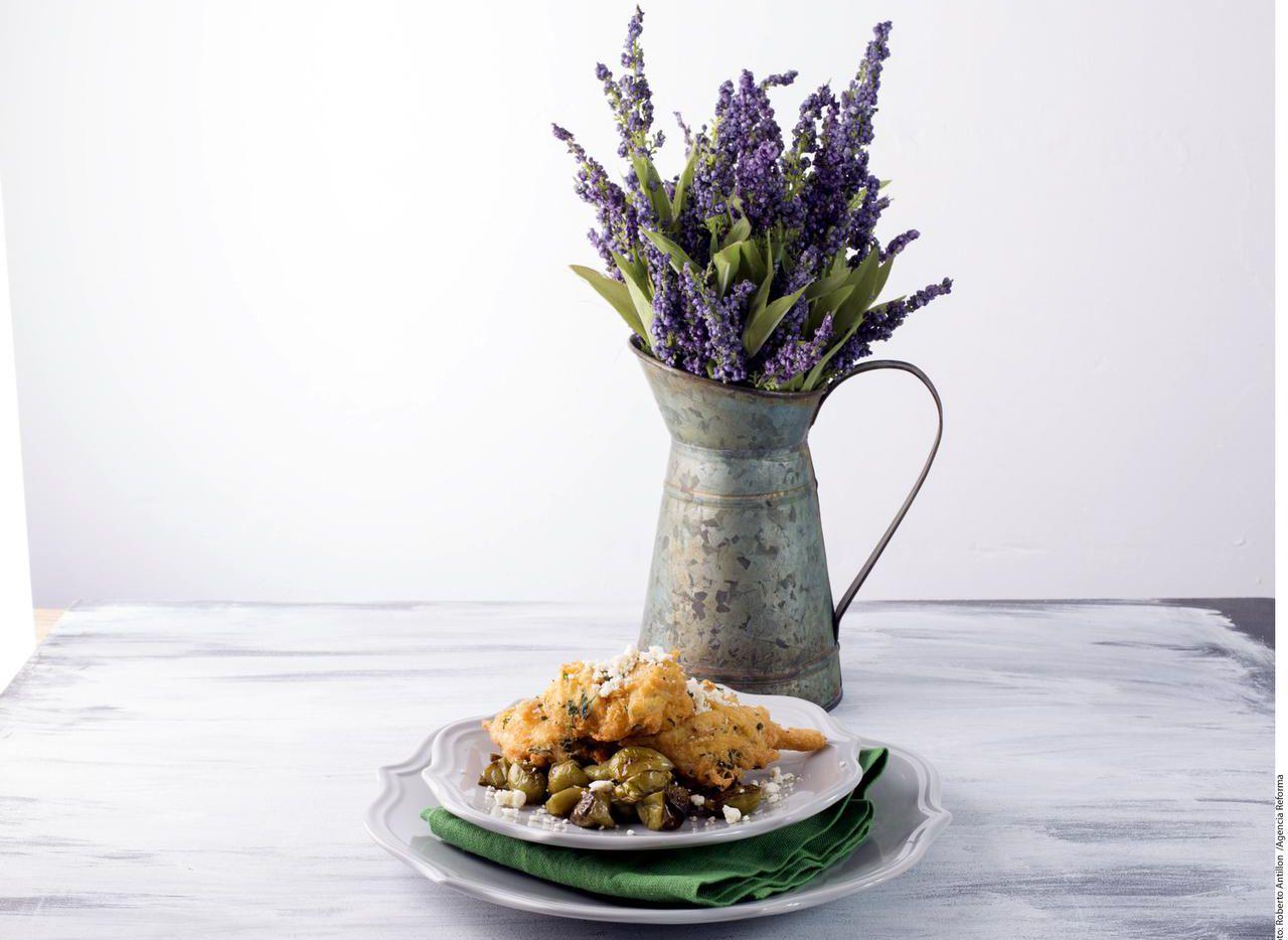 Tortitas de pollo sobre tomatillos.(AGENCIA REFORMA)