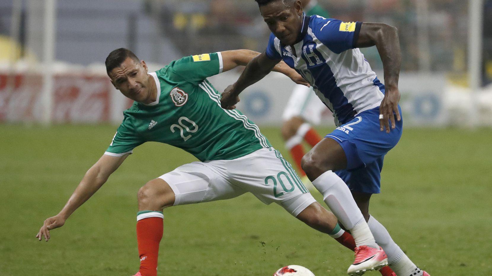 Jesús Dueñas (izq.) y México, que defiende su título de la Copa Oro de 2015, se miden a Romell Quito y la selección hondureña en Arizona. (AP/Eduardo Verdugo)