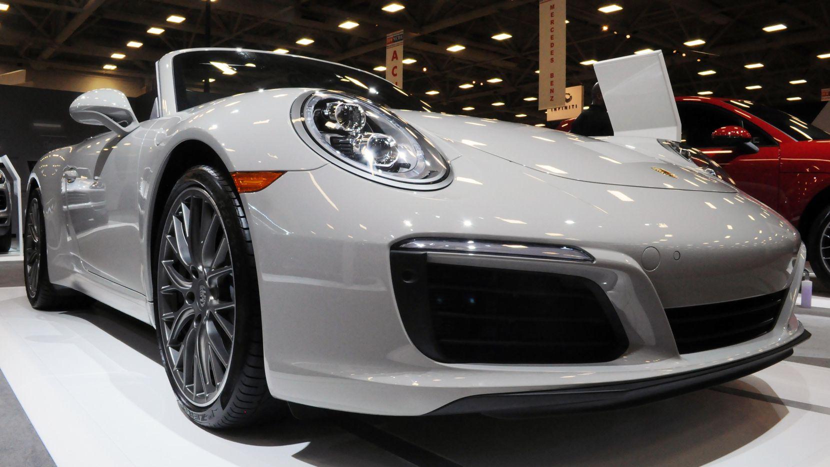 Este Porsche 2018 911 Carrera Cabriolet que se exhibe en el Dallas Auto Show.