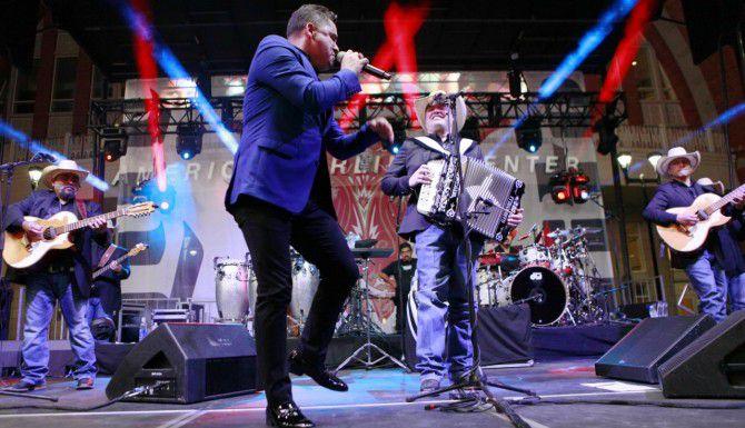 Larry Hernández (izq.) cantó con Intocable durante un concierto gratuito en AT&T Plaza, en las afueras del American Airlines Center. (ESPECIAL PARA AL DÍA/FOTOS: BEN TORRES)