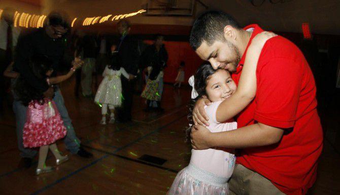 Bryan Rangel, de 24 años, danza con su hija Nevaeh García, de 4 años, durante el Baile de San Valentín para Padres e Hijas en el centro recreativo Mustang Park, en Irving. (ESPECIAL PARA AL DÍA/BEN TORRES)