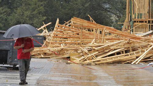 Un representante de Megatel Homes camina por los restos de la casa en construcción derrumbada  en West Dallas, en donde un obrero murió el lunes. LOUIS DeLUCA/DMN