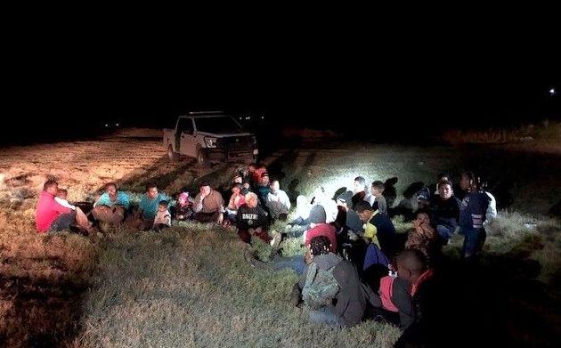 Grupo de migrantes detenidos por la Patrulla Fronteriza en la zona de Presidio, frontera con Ojinaga. AGENCIA REFORMA.