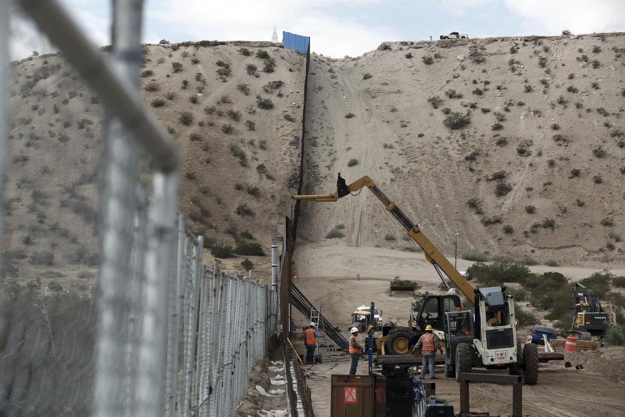 Un segmento de la barda fronteriza entre Sundland park, Nueva México y Ciudad Juárez, México es reparada en el 2016. (AP) (AP/Christian Torres)