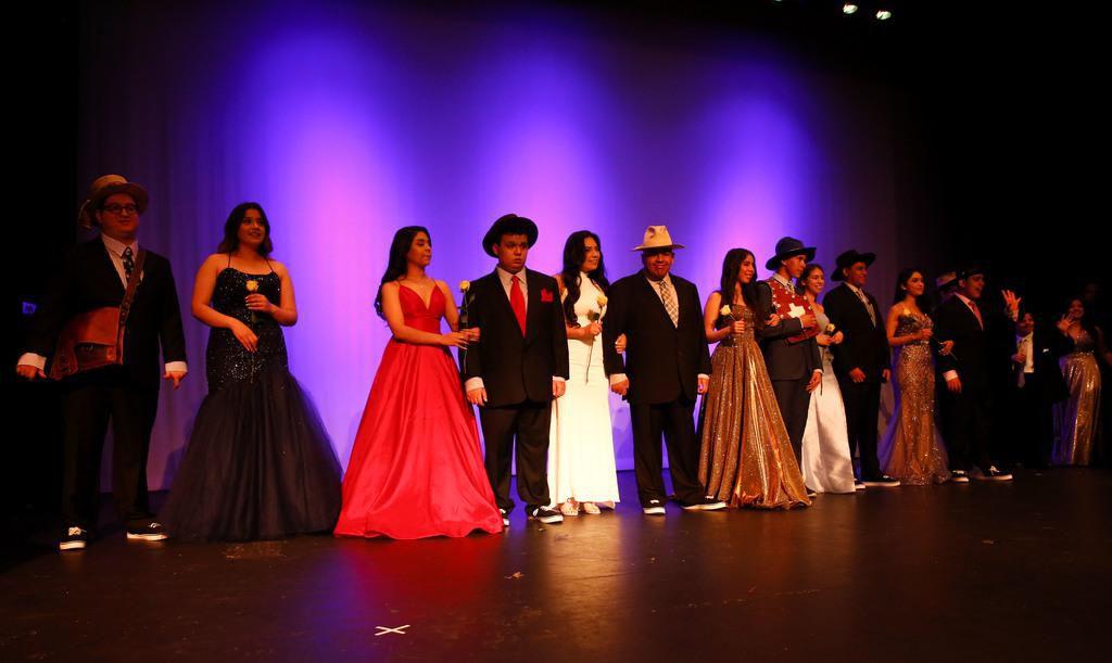 Diez jóvenes participaron de un desfile de modas en la preparatoria Thomas Jefferson. Suit Up Experience, parte de la fundación The Mark Cuban Heroes Basketball Center entregó trajes para estudiantes con necesidades especiales. BRIAN ELLEDGE/DMN