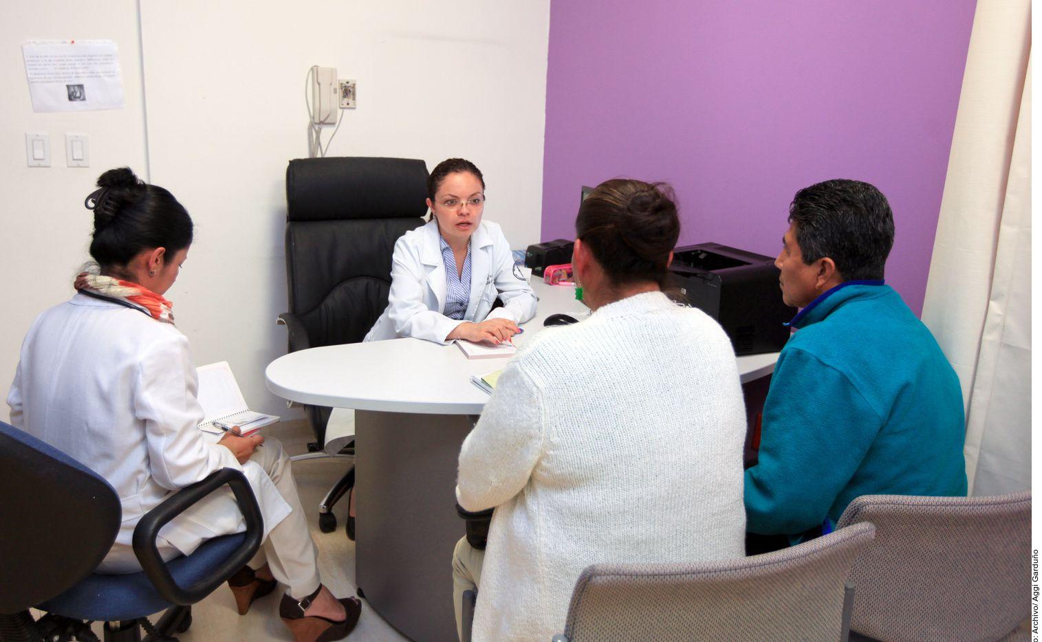 En este trabajo de cuidador también se requiere de toda una red en la que estén especialistas médicos y, si es posible, algún cuidador remunerado. Incluso los mismos vecinos ayudan mucho.