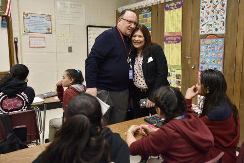 Ilia Zhulati, maestro de Inglés como Segundo Idioma de Austin Middle School saluda a Magda Hernández, superintendente de Irving ISD durante una visita al plantel. (Ben Torres / Especial para Al Día)
