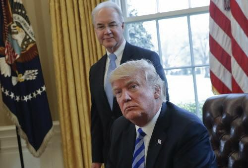 En esta foto de marzo 24 del 2017, el presidente Donald Trump y el Secretario de Salud y Servicios Humanos, en la Casa Blanca. (AP/PABLO MARTÍNEZ MONSIVAIS)