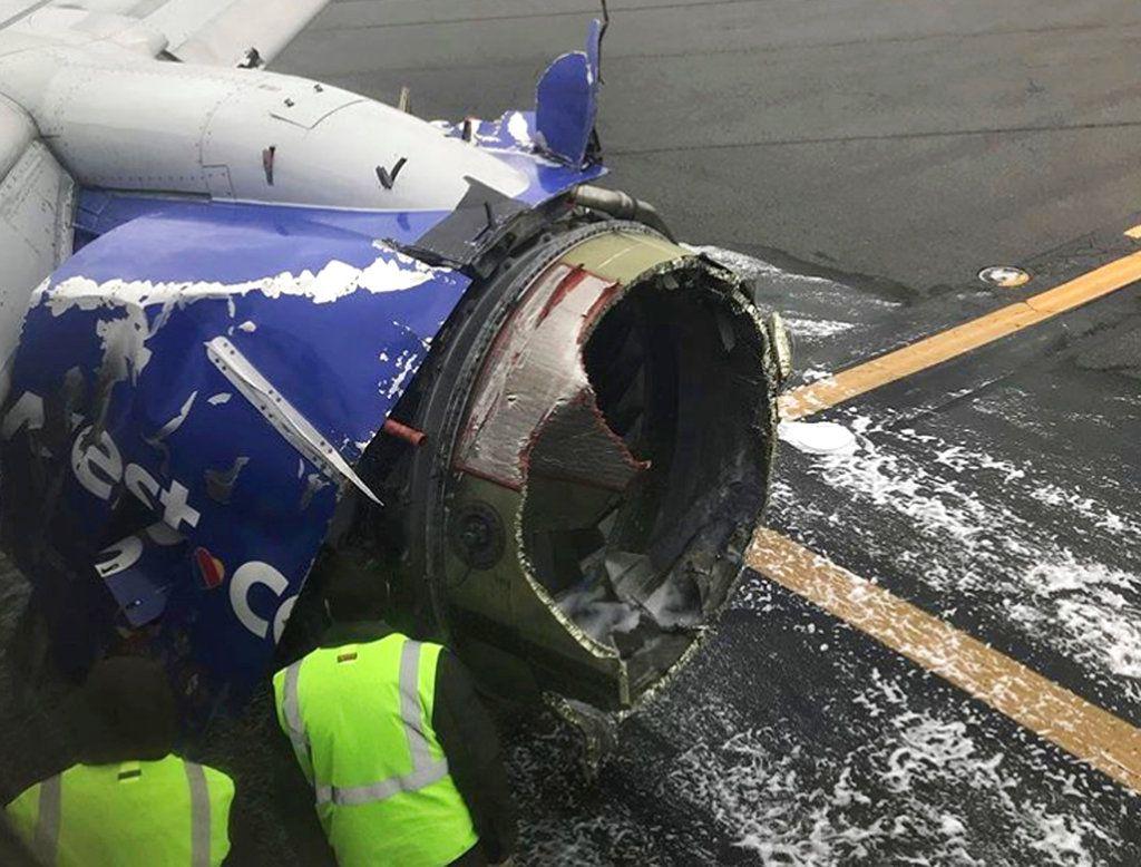 El motor del avión de Southwest Airlines que tuvo que hacer un aterrizaje de emergencia en Filadelfia el 17 de abril del 2018. (Amanda Bourman via AP)