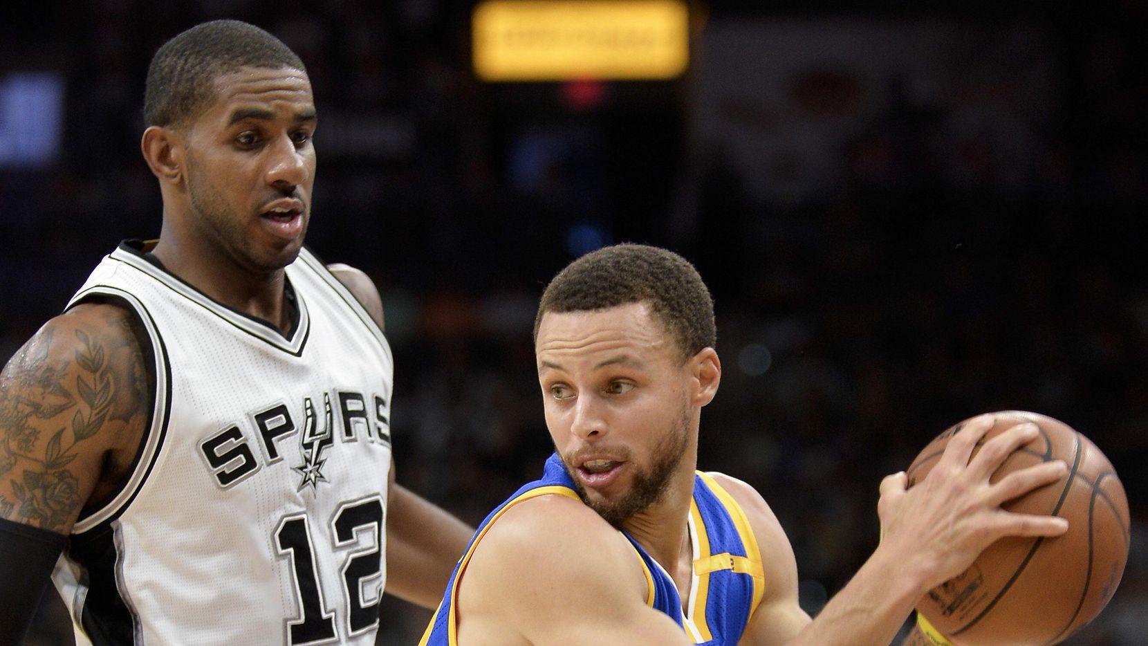 LaMarcus Aldridge (12) de San Antonio y Stephen Curry de Golden State se enfrenta en la final de la Conferencia del Oeste de la NBA.(AP)