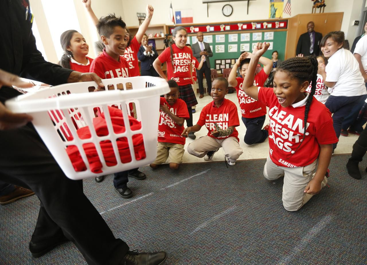 Estudiantes de tercer grado celebran luego de una competencia para lavar la ropa en la primaria Roger Q. Mills (DMN/NATHAN HUNSINGER)