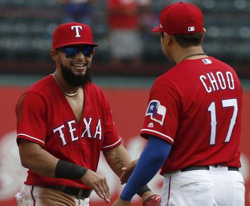 Rougned Odor celebra con Shin-Soo Choo (17) la victoria de los Rangers sobre Angels el domingo en Arlington, Texas. (AP Photo/Mike Stone)