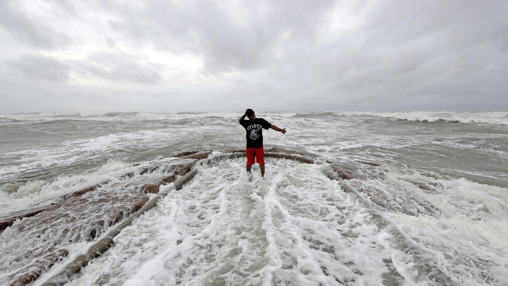 Luis Pérez observa las crecida de olas e el muelle de Galveston, en la costa del Golfo de México, el viernes por la mañana.(AP)