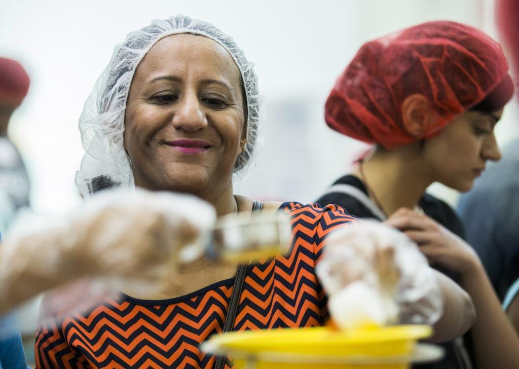 Farah Khalfan y otros miembros de la comunidad musulmana de Carrollton prepararon comidas para los afectados de Harvey el fin de semana.ASHLEY LANDIS/DMN