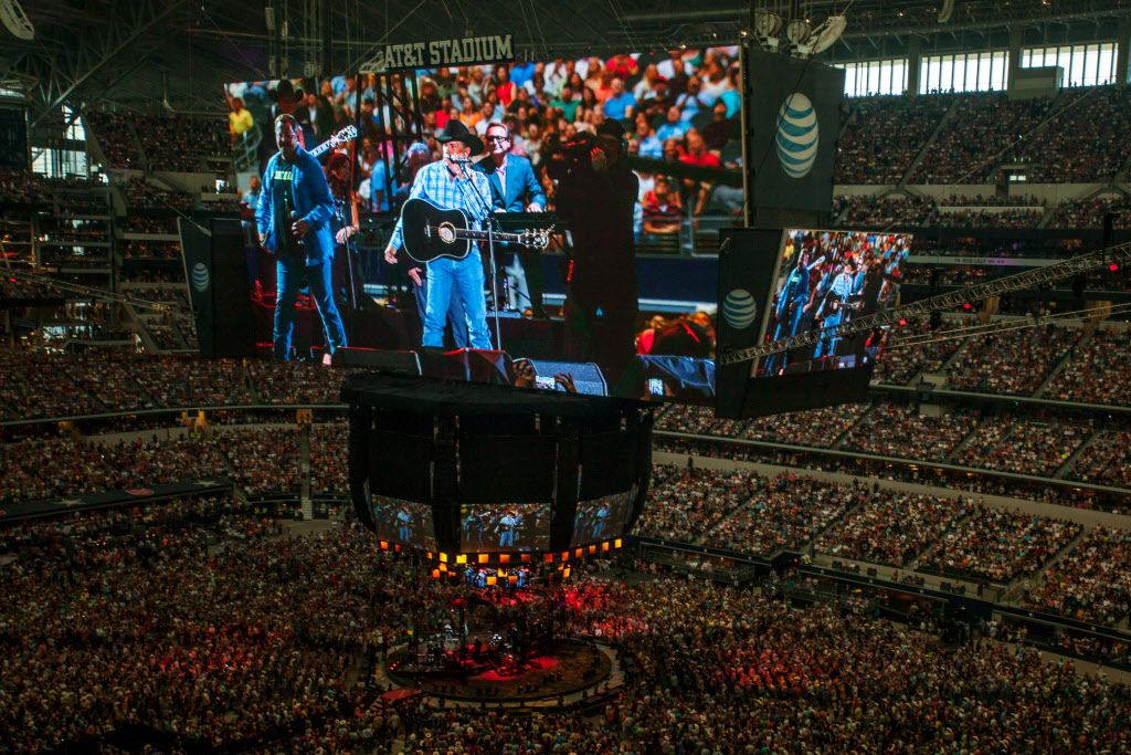 About 105,000 people packed in for the last concert of Strait's final tour, —exceeding the stadium's official capacity by 5,000— and shattering the previous record set by The Rolling Stones at The Louisiana Superdome in 1981.