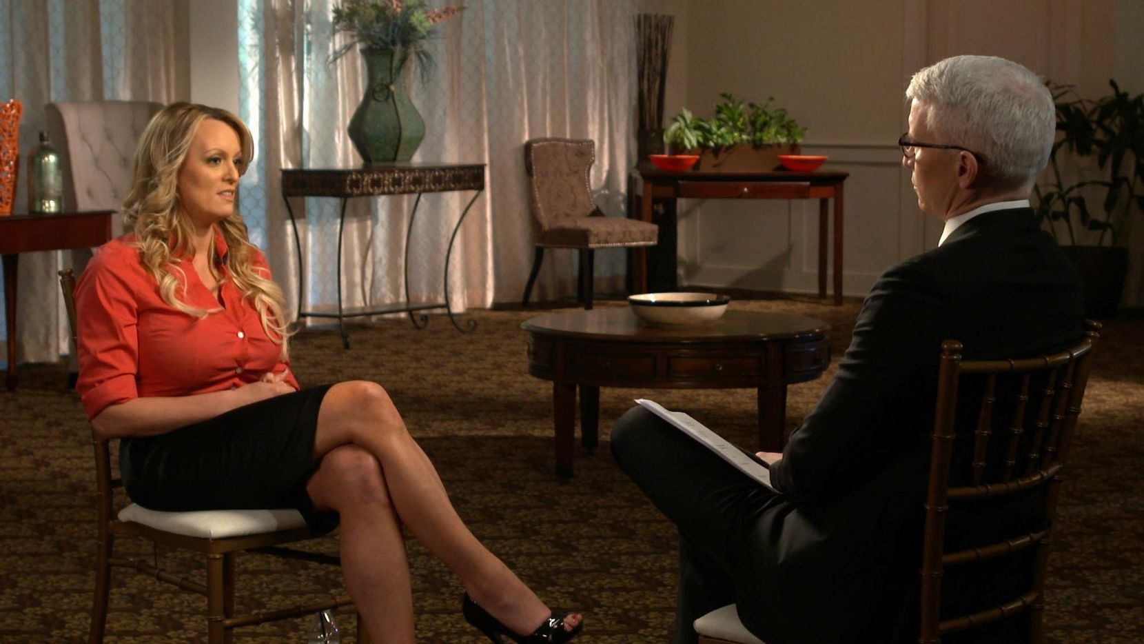 Imagen proporcionada por CBS News de la entrevista entre Stormy Daniels y el periodista Anderson Cooper para el programa 60 Minutes.(AP)