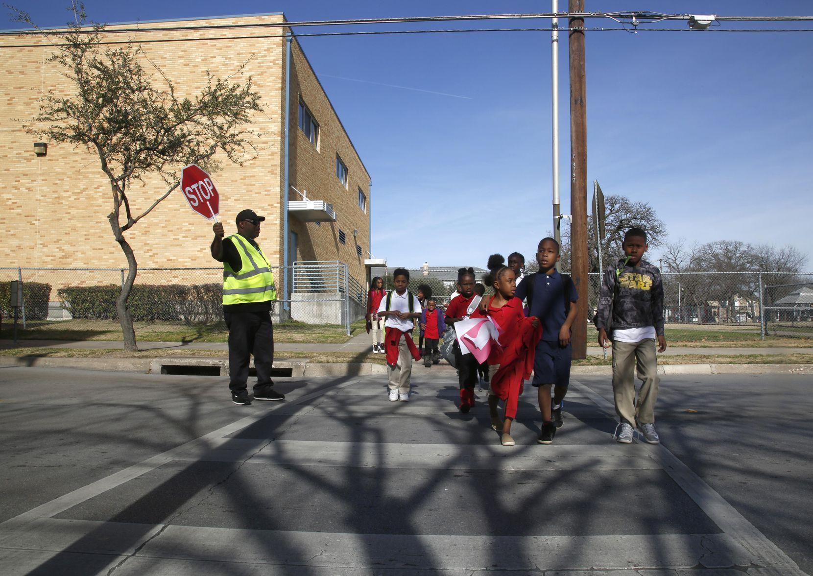 Un grupo de estudiantes cruza la calle en las afueras de la escuela J. W. Ray Learning Center, que podría cerrar por su bajo desempeño. DMN