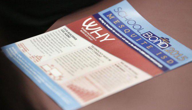 A través de folletos y reuniones públicas, el distrito escolar de Mesquite promueve la emisión de bonos de deuda para renovar sus escuelas. (DMN/GREGORY CASTILLO)
