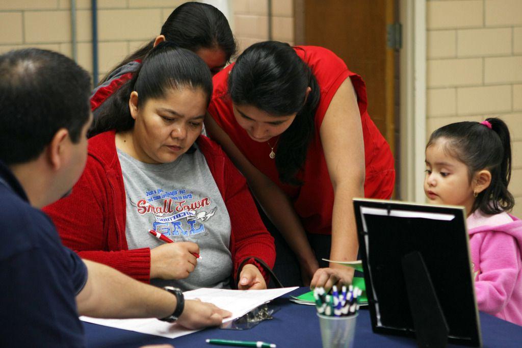 María Guerrero y sus niños escucha sus opciones para seguro infantil. En los últimos dos años, menos texanos se inscribieron en CHIP.