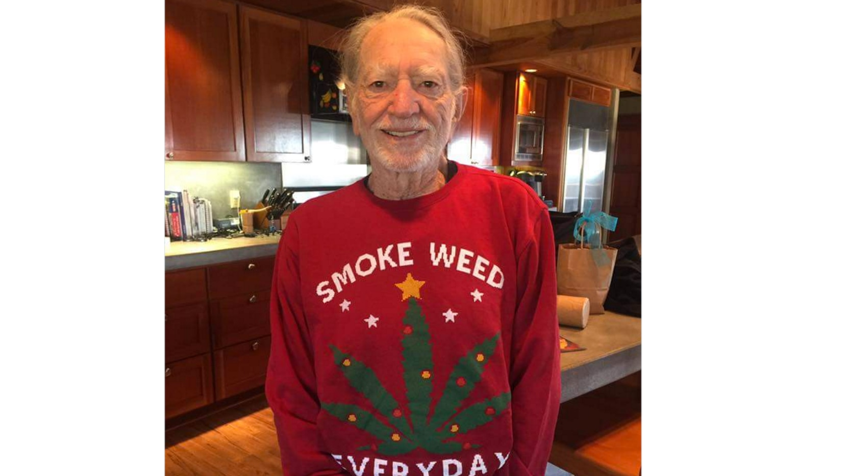 Snoop Dogg Christmas.Did You See What Snoop Dogg Gifted Willie Nelson For Christmas