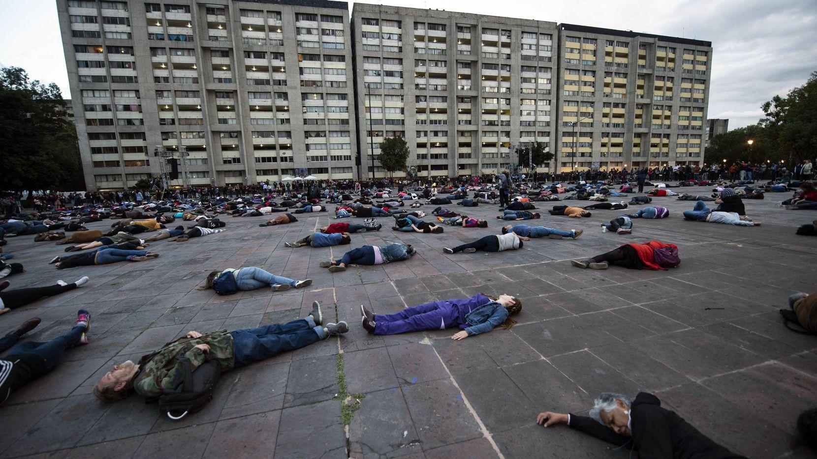 Personas se acuestan en la plaza de Tlatelolco, en recordatorio de la matanza de estudiantes. (AFP/GETTY IMAGES/PEDRO PARDO)