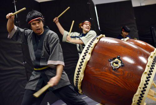 Jay Cantú, 25, toca el tambor taiko con el conjunto Dallas Kiyari Daiko. El espectáculo fue parte de la decimo-séptima celebración del año nuevo Mochitsuki. La Sociedad de Japoneses Americanos organizaron este evento en Richardson, en enero 2015. (Ben Torres/especial para Al Día)