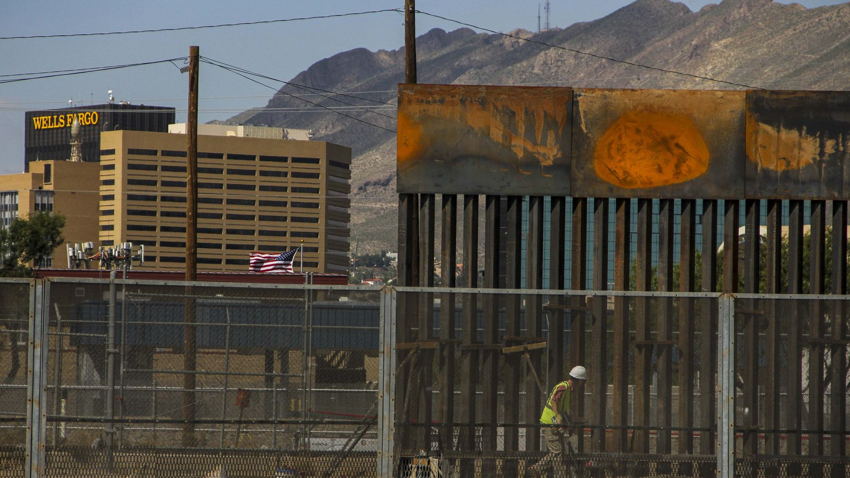 Trabajadores instalan nuevas secciones de una barda metálica en la línea fronteriza entre El Paso y Ciudad Juárez. HERIKA MARTINEZ / AFP-GETTY IMAGES)