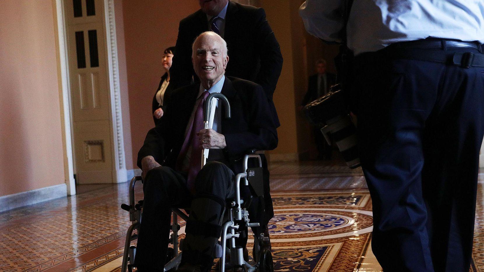 El senador John McCain en una de sus últimas visitas al Congreso en diciembre.(GETTY IMAGES)