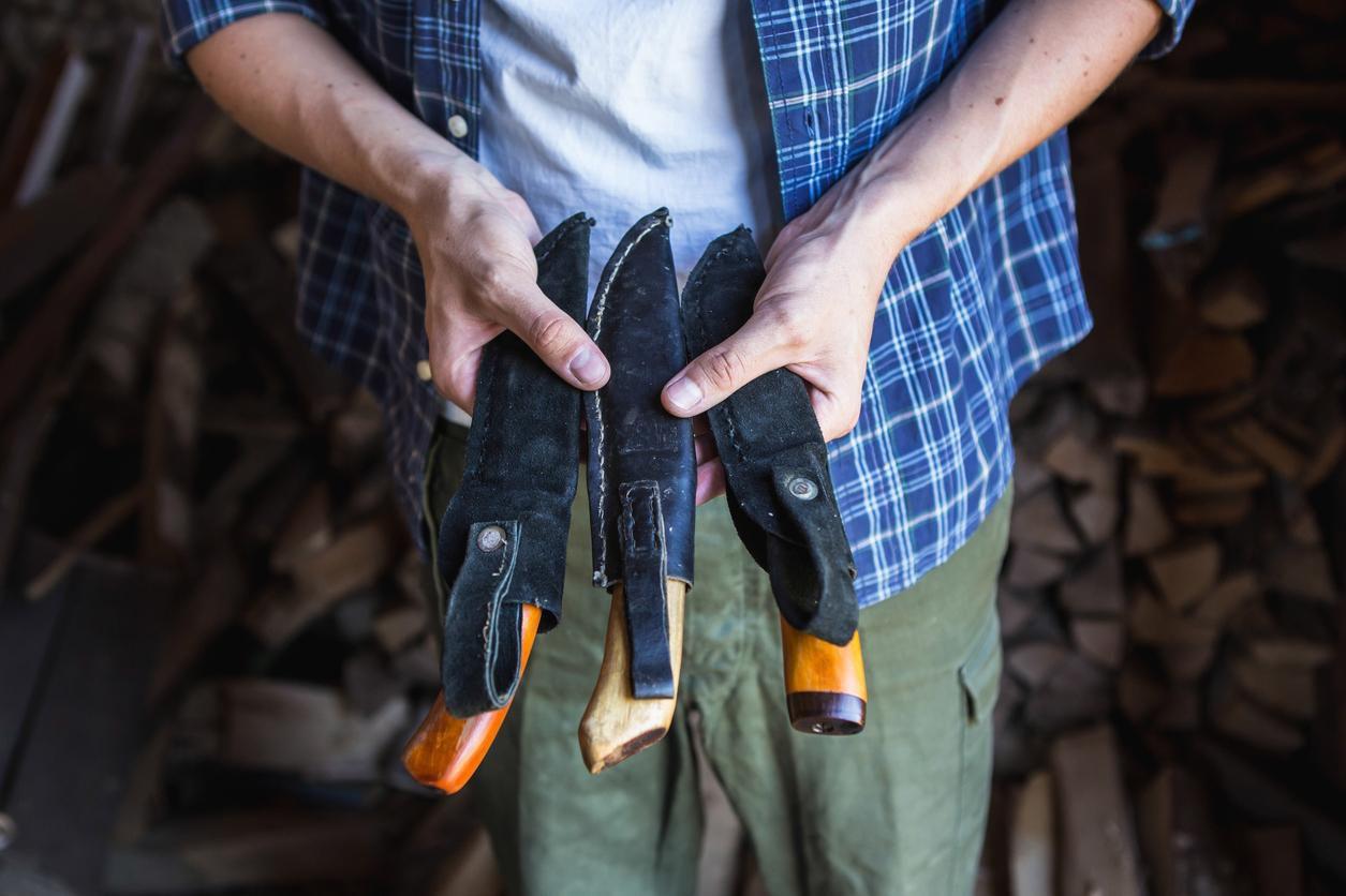 Un hombre muestra cuchillos en sus fundas.(GETTY IMAGES)