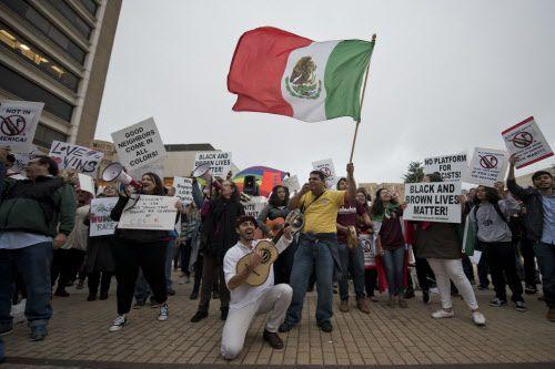 Emilio Bernal, un estudiante de Texas A&M llevó su bandera mexicana a la protesta contra el supremacista blanco Richard Spencer.