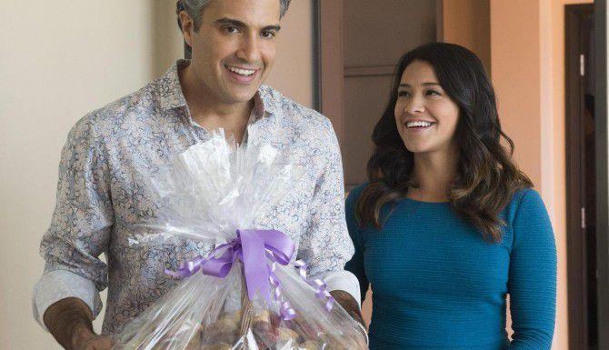 "Jaime Camil y Gina Rodríguez en ""Jane the Virgin"". (AP/THE CW)"