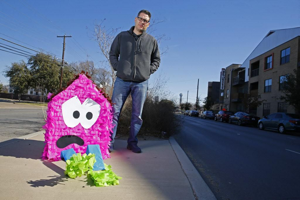 """Giovanni Valderas creó las """"casitas tristes"""" para llamar la atención sobre el problema de vivienda y desplazamiento urbano en Dallas. Esta semana anunció su candidatura a concejal. (DMN/NATHAN HUNSINGER)"""