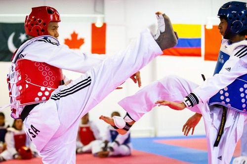 Kevin Baltazar (izq.) enfrenta a Jonathan López en una práctica en Lee's International Taekwondo Academy el martes 10 de julio. (Smiley N. Pool/The Dallas Morning News)