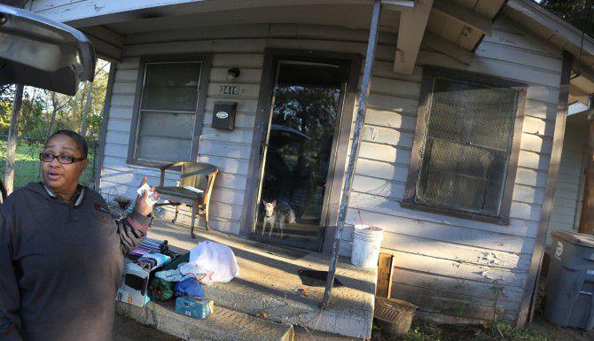 Joanne Bonner muestra el exterior de la vivienda que renta de la familia Topletz en el sur de Dallas.  (LOUIS DeLUCA/DMN)