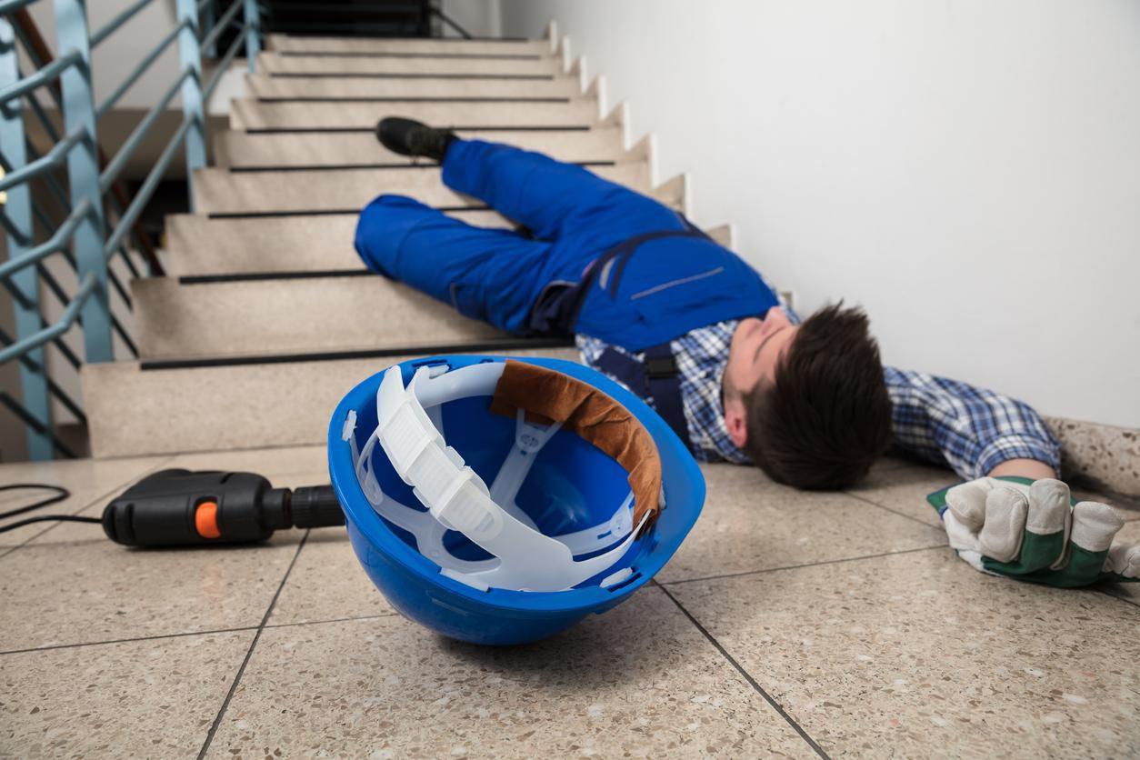 Un trabajador se desmayó al bajar escaleras en una vivienda.(GETTY IMAGES)