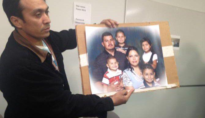 Elías Contreras Carillo sostiene una foto de Oscar Esparza, una de las víctimas del incendio que mató a tres trabajadores en un edificio del centro de Dallas la semana pasada. (AL DIA/LOURDES VAZQUEZ)