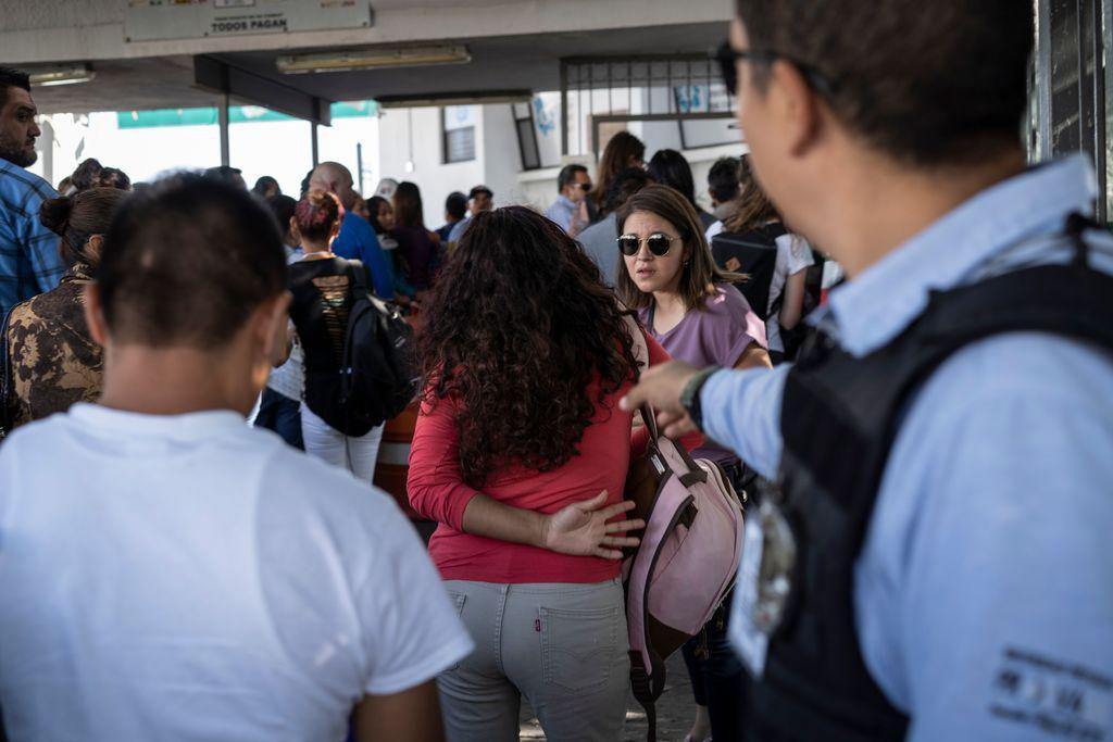 Yolanda, una inmigrante salvadoreña, pasa por el puente fronterizo de El Paso para presentarse en una corte que revisa su caso. (AFP-GETTY IMAGES/PAUL RATJE)