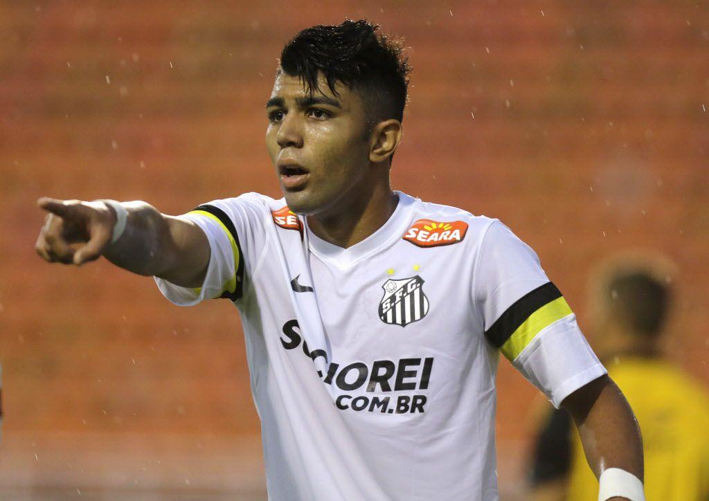 El brasileño Gabriel Barbosa juega con el Santos. / Foto: AP