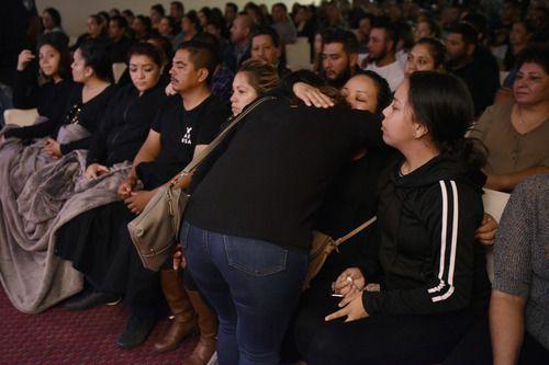 Familiares y amigos durante el funeral de Raúl Ortega, quien falleció el lunes en un accidente laboral. BEN TORRES/AL DíA