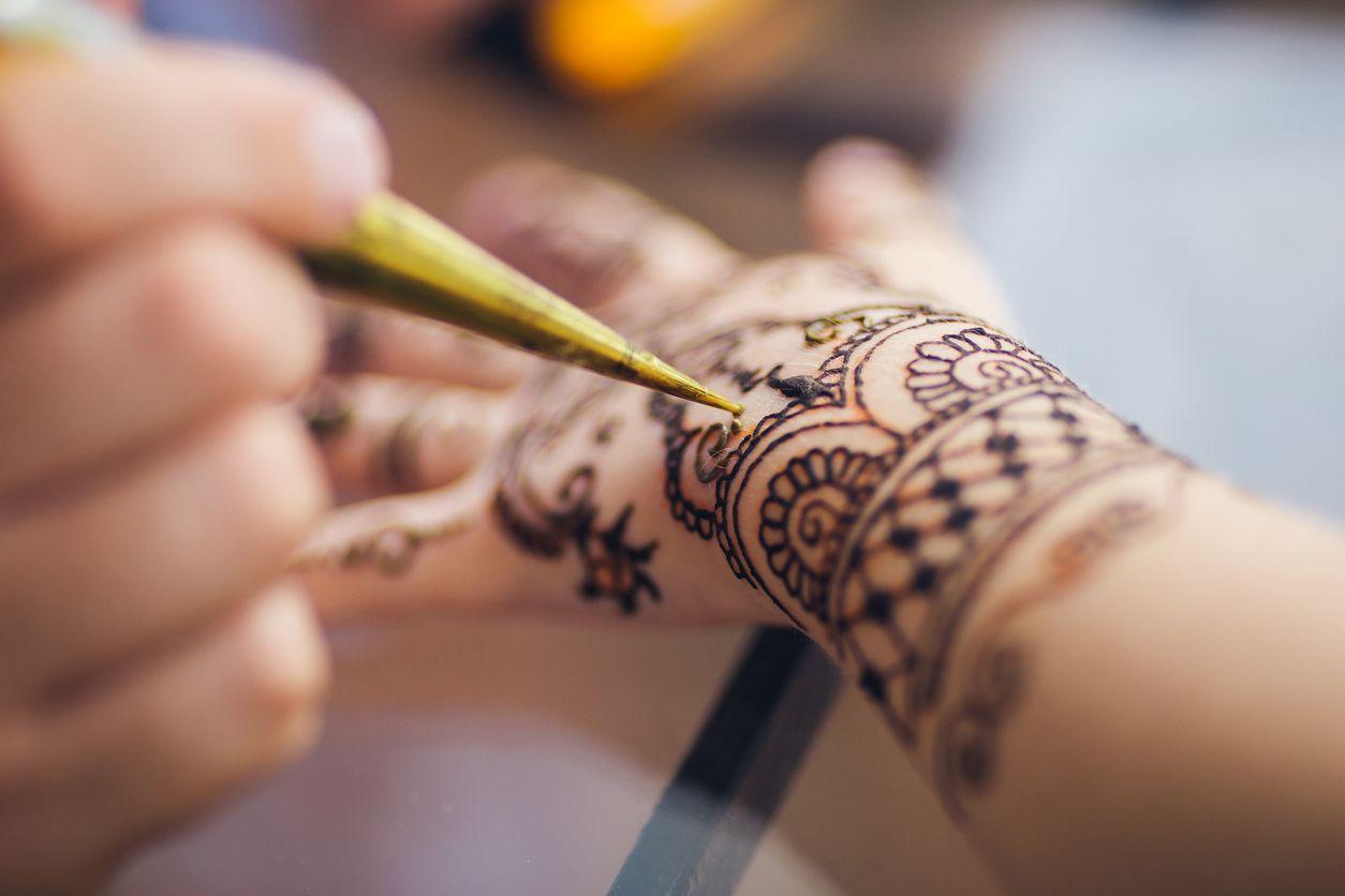 Las consecuencias adversas de este tipo de tatuajes incluyen Inflamación, irritación, formación de ampollas. (iSTOCK)