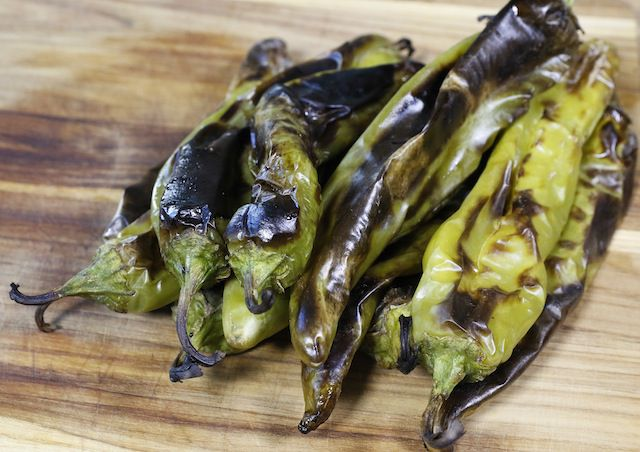 Asegúrate de que los chiles estén bien tostados y luego ponlos a sudar en una bolsa.