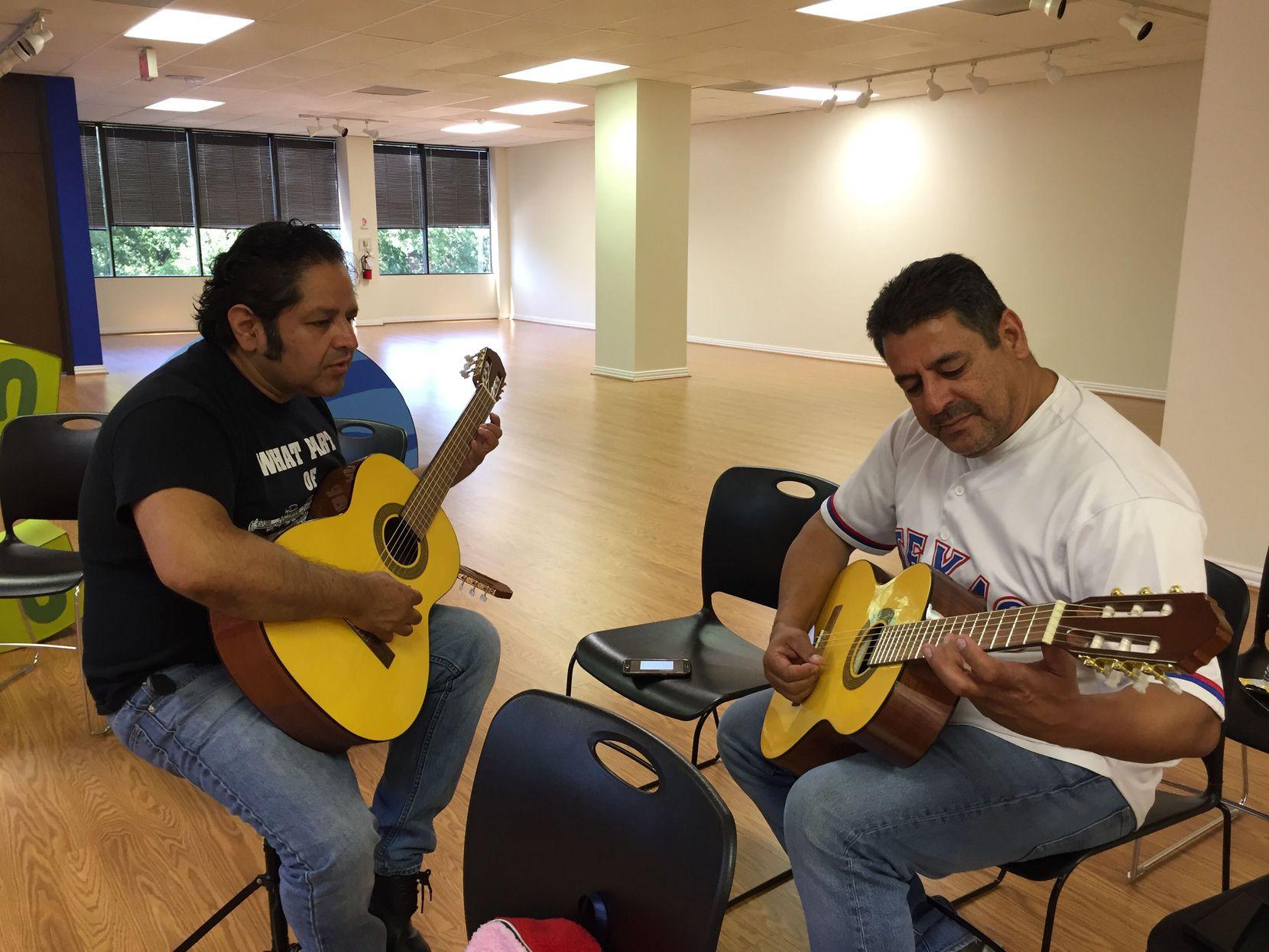 Raul Saldaña,(derecha) le pregunta a su instructor Antonio Salas (izquierda) como sujetar el instrumento el sábado 8 de junio en el consulado mexicano.(AL DÍA/CARMINA TISCAREÑO)