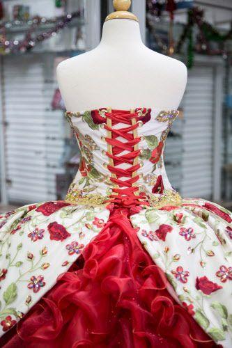Detalle del vestido que Luis García envió a Rubí