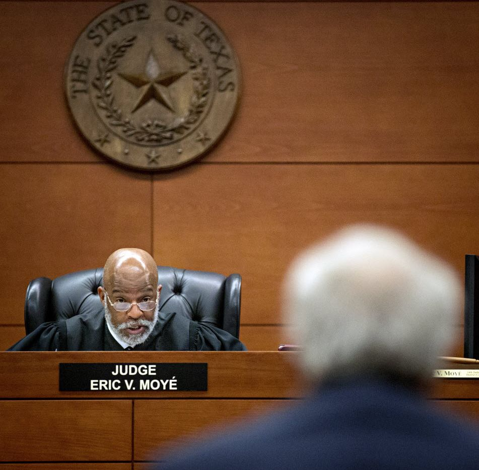 Judge Eric Moyé speaks with attorney Steve Schoettmer during a civil case at the George Allen Courts Building in Dallas.