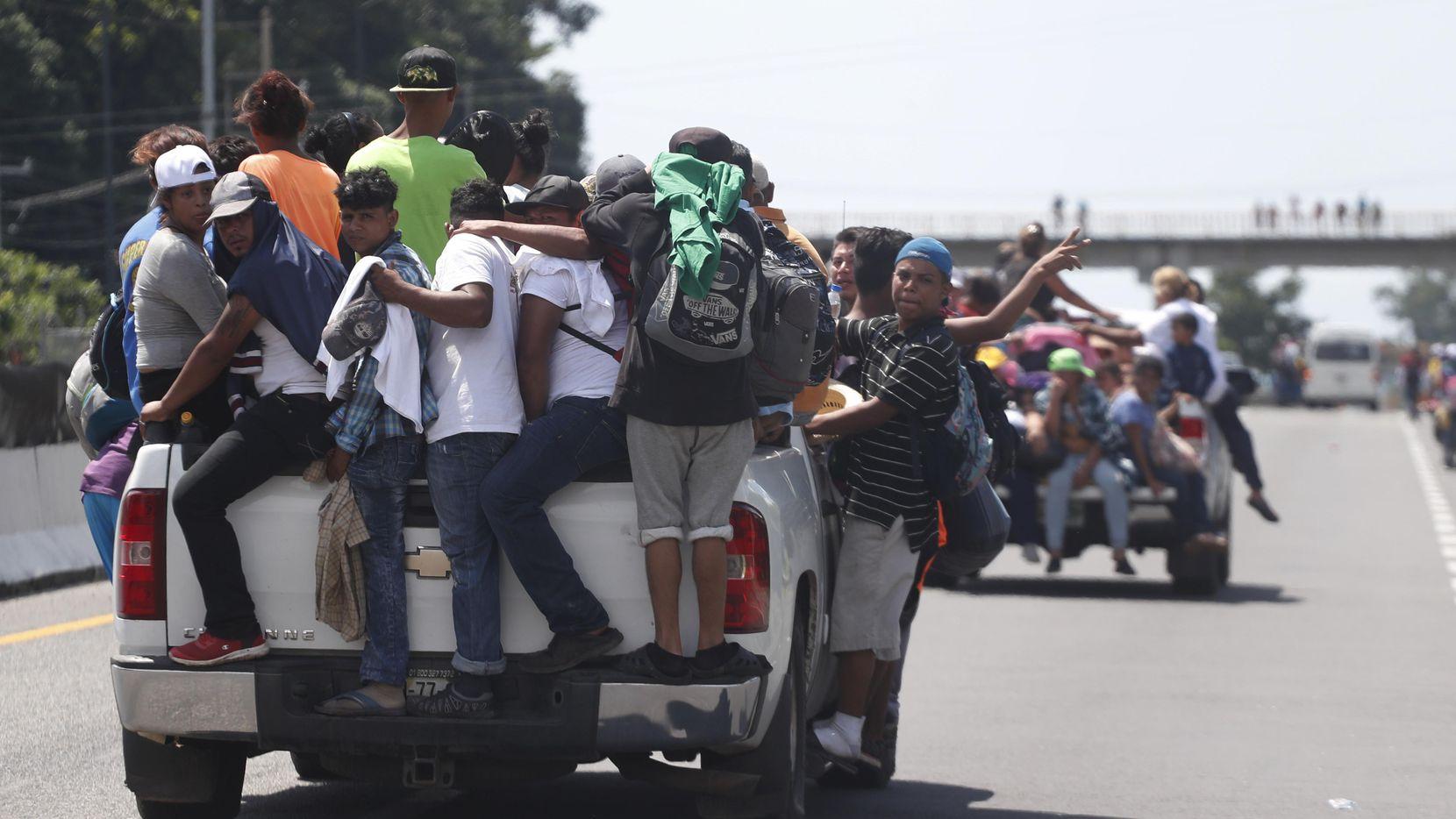 Migrantes de centroamerica piden ayuda para intentar llegar a Estados Unidos luego de cruzar la frontera entre Guatemala y México, en Tapachula, Chiapas. (AP/Moises Castillo)