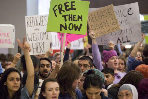 Por segundo día cientos de personas  pidieron la liberación de pasajeros retenidos en DFW.