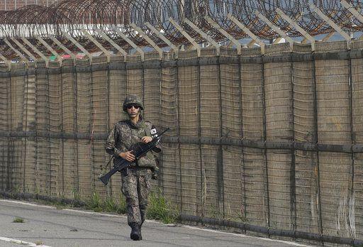 Un soldado de Corea del sur camina a lo largo del muro de la zona desmilitarizada que colinda con Corea del Norte. Foto AP