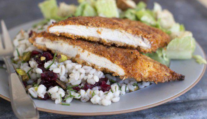 Este pollo empanizado puede hacerse frito o en el horno. Es dulce y picante. (AP/MATTHEW MEAD)