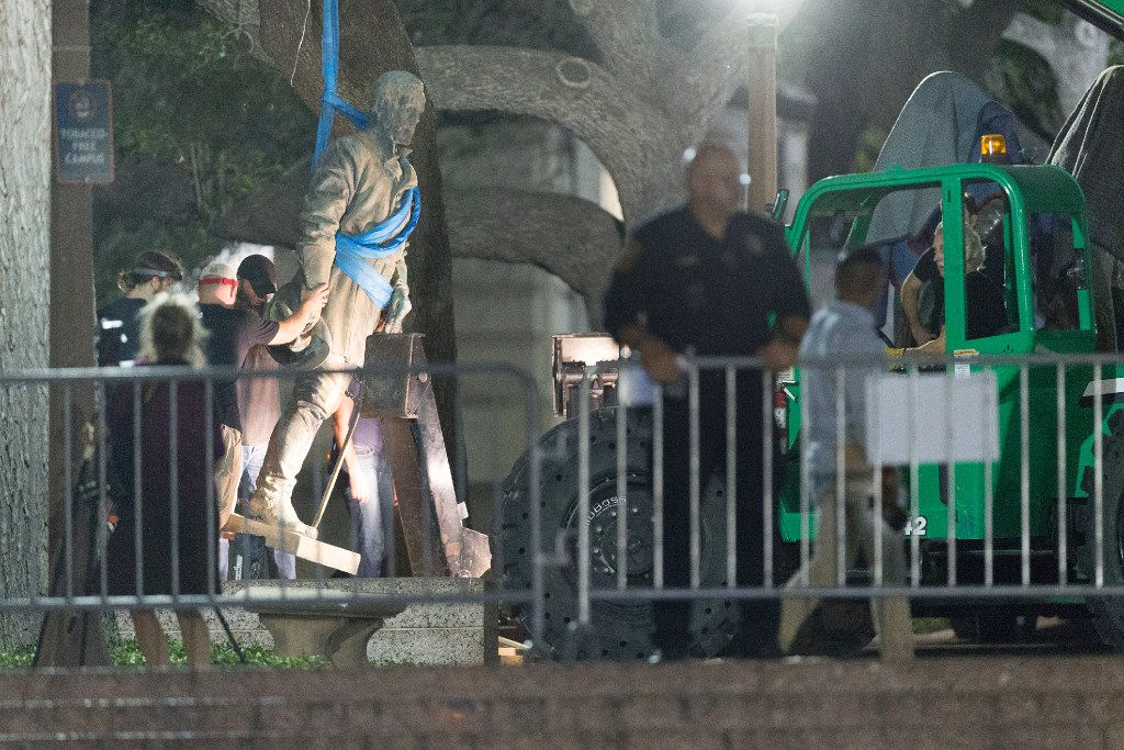 Confederate General Robert E. Lee statue is removed from the south mall of the University of Texas at Austin early in the morning of Monday, Aug. 21, 2017.  UT president Greg Fenves ordered the removal of Confederate statues from the campus late Sunday evening.