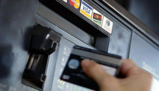 Pagar la gasolina con tarjeta de crédito tiene sus desventajas, pero más si lo hace con una tarjeta expedida por las petroleras, que tienden a cobrar intereses más altos. (DMN/G.J. McCARTHY)